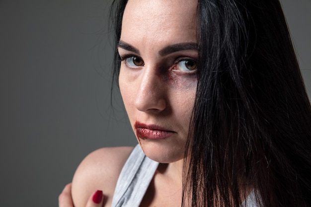 Vrouw in angst voor huiselijk geweld en geweld, concept van vrouwelijke rechten