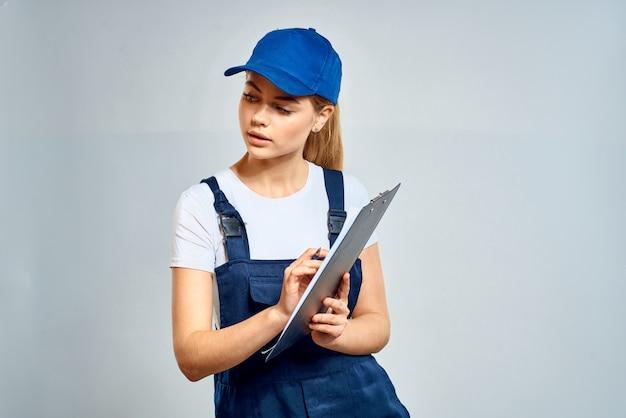 Vrouw in arbeiderskleren die een geïsoleerd glb dragen