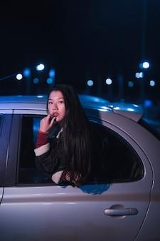 Vrouw in auto bij nicht