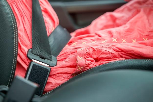 Vrouw in auto verbogen met beschermende veiligheidsgordel.