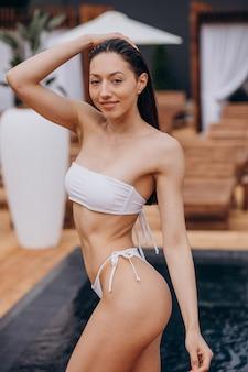 Vrouw in badkleding bij het zwembad
