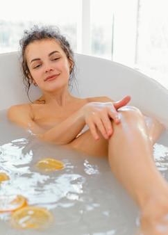 Vrouw in badkuip nemen bad