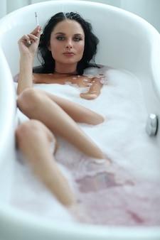 Vrouw in badkuip