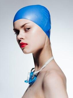 Vrouw in badmuts rode lippen poseren professionals. hoge kwaliteit foto