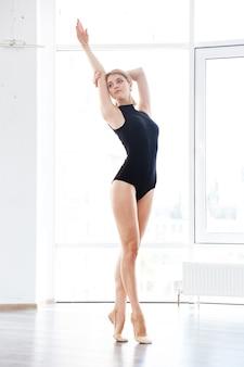Vrouw in balletstudio