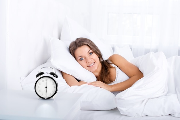 Vrouw in bed wakker