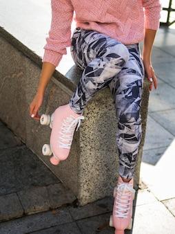 Vrouw in beenkappen met rolschaatsen