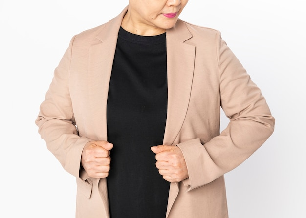 Vrouw in beige blazer voor modeshoot voor zakelijke kleding