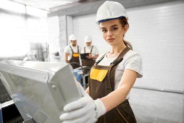 Vrouw in beschermend masker en uniform werken met de computer