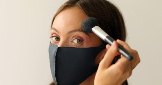 Vrouw in beschermend masker maakt omhoog