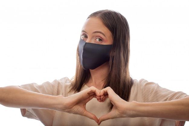 Vrouw in beschermend masker op witte achtergrond