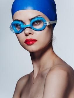 Vrouw in beschermende brillen voor het zwemmen van rode lippen modelmake-up