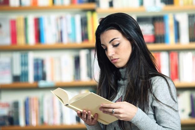 Vrouw in bibliotheek