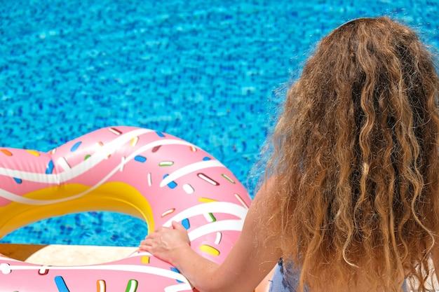 Vrouw in bikini bij het zwembad