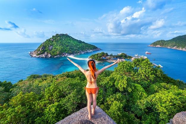 Vrouw in bikini die zich bij het gezichtspunt van het eiland van nang yuan, thailand bevindt