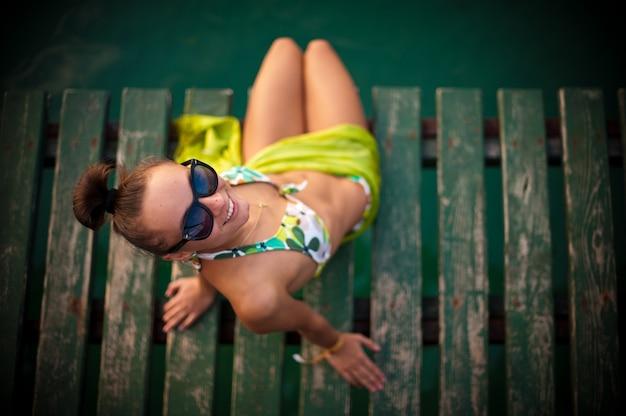 Vrouw in bikini en met een zonnebril