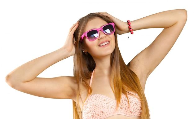Vrouw in bikini en zonnebril geïsoleerd