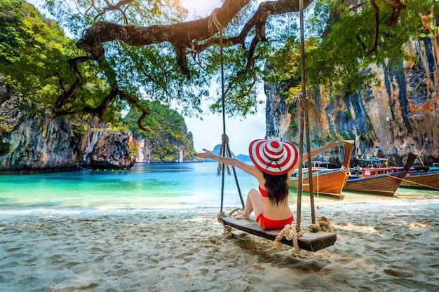 Vrouw in bikini ontspannen op de schommel op het eiland ko lao cognossement, krabi, thailand