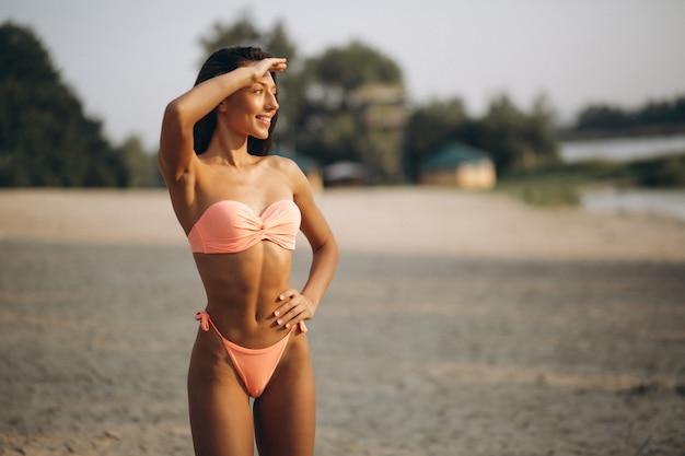 Vrouw in bikini op een vakantie
