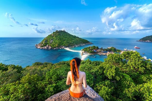 Vrouw in bikinizitting bij het gezichtspunt van het eiland nang yuan, thailand