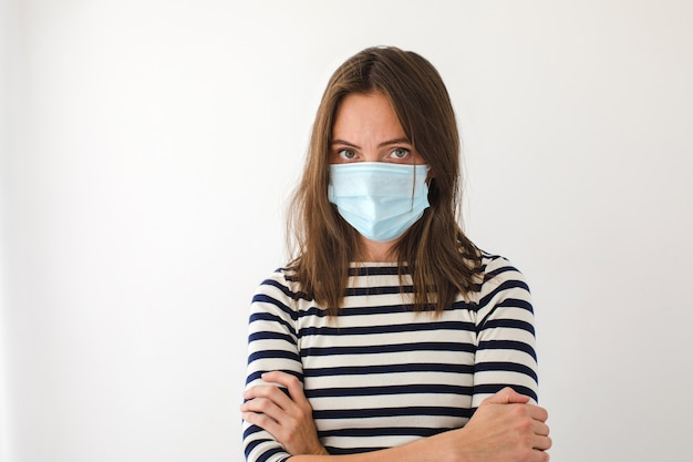 Vrouw in blauw medisch beschermend masker wil stoppen