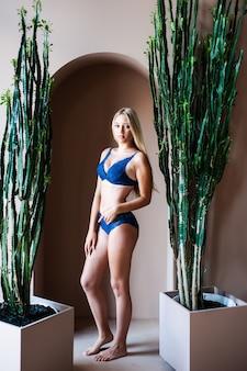 Vrouw in blauw ondergoed