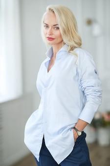 Vrouw in blauw overhemd