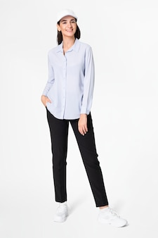 Vrouw in blauw shirt en broek met hoed vrijetijdskleding mode full body