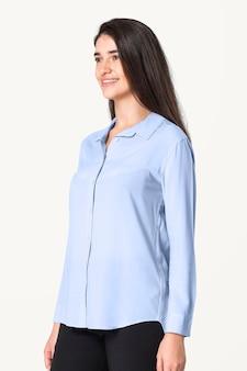 Vrouw in blauw shirt en broek met ontwerpruimte vrijetijdskleding mode