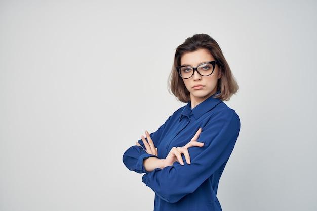 Vrouw in blauw shirt met bril bijgesneden weergave elegante stijl
