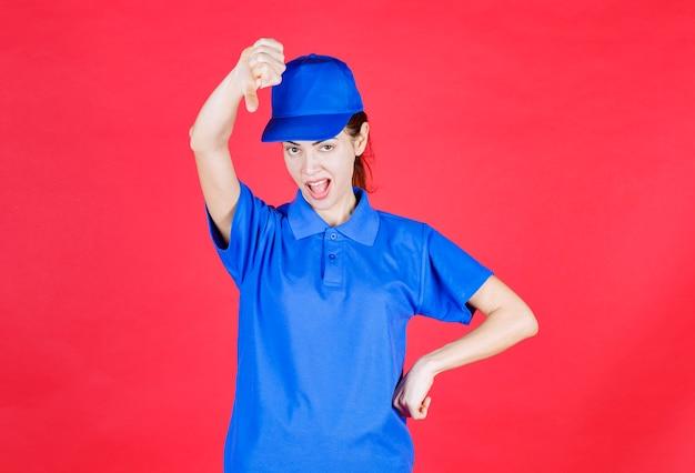 Vrouw in blauw uniform weergegeven: afkeer teken.