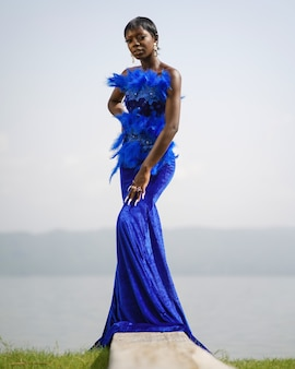Vrouw in blauwe jurk Premium Foto
