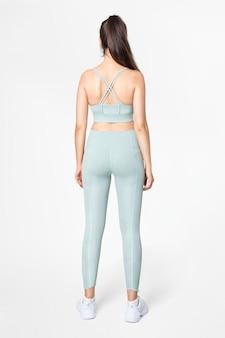 Vrouw in blauwe sportbeha en legging set