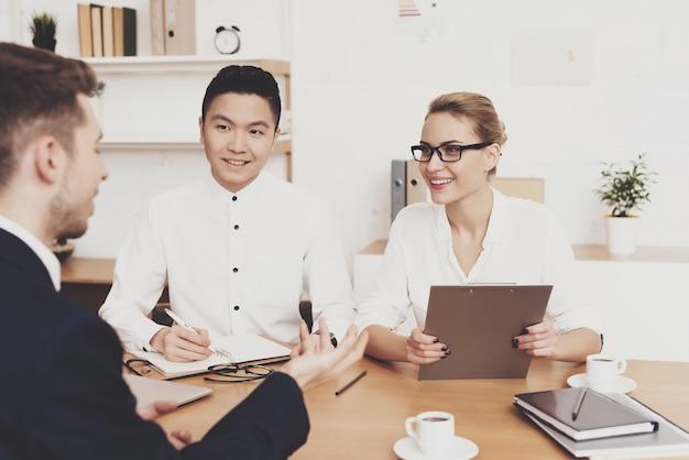 Vrouw in blouse en rok werkt op kantoor