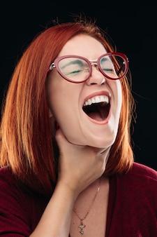 Vrouw in bril die keelpijn hebben