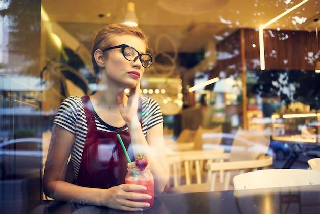Vrouw in café cocktail drinken vakantie zomer
