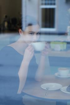 Vrouw in café
