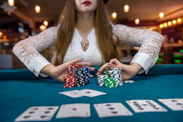 Vrouw in casino die weddenschap aangaat met alle fiches