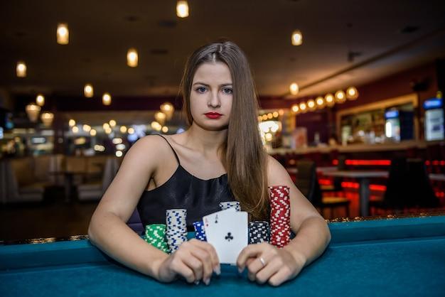 Vrouw in casino met combinatie van azen
