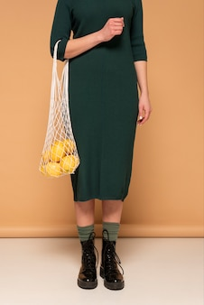 Vrouw in casual kleding met herbruikbare schildpad tas close-up