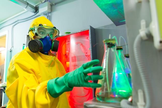 Vrouw in chemisch laboratorium