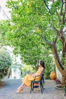 Vrouw in citroentuin van sorrento in de zomer