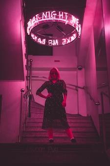 Vrouw in club met roze lichten