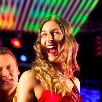 Vrouw in club of bar met plezier