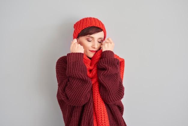 Vrouw in comfortabele en zachte winterkleren