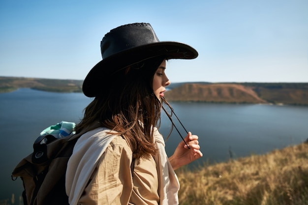 Vrouw in cowboyhoed vrije tijd doorbrengen in bakota baai