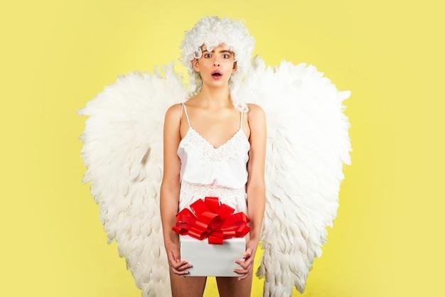 Vrouw in cupido kostuum met geschenkdoos. valentijn concept