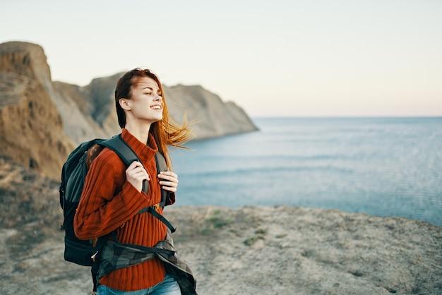 Vrouw in de bergen actieve vakantie reizen zee rotsen landschapsmodel