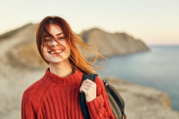 Vrouw in de bergen avontuurlijke toerisme model landschap zee