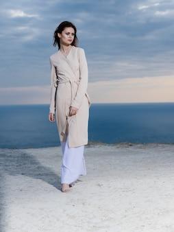 Vrouw in de bergen in de buurt van de zee in de natuur en de blauwe lucht. hoge kwaliteit foto